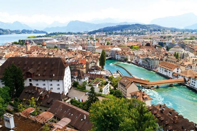 Miestas ir ežeras šveicarijoje